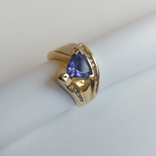 Vintage Ring 14K Gold featuring an Tanzanite enhanced by Diamonds
