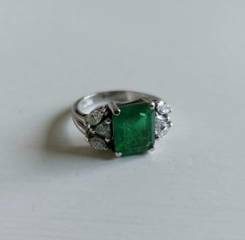 Ring 18K Vitguld med Naturlig Smaragd Diamanter