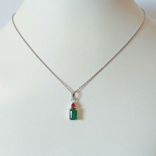 Halsband i 18K vitguld med Smaragd och Rubin